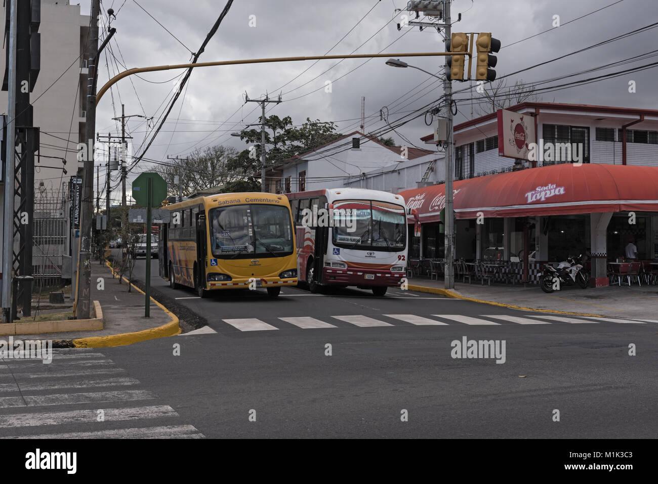 Due autobus in una strada a San Jose, la capitale della Costa Rica Immagini Stock