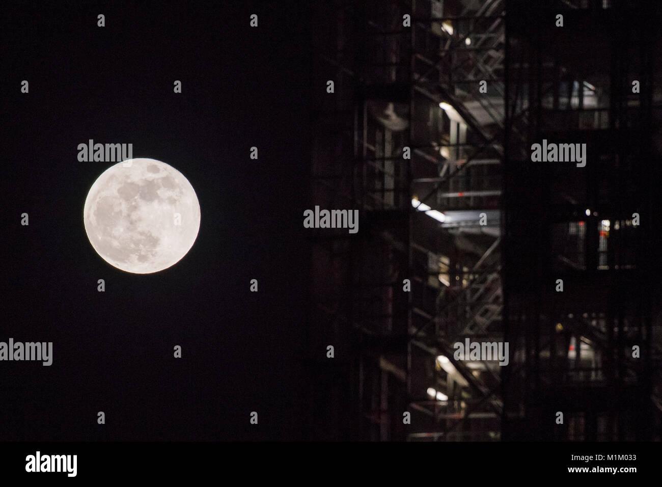 Londra, Regno Unito. Il 31 gennaio, 2018. La luna sorge accanto al Big Ben - una rara convergenza celeste doppiato Immagini Stock