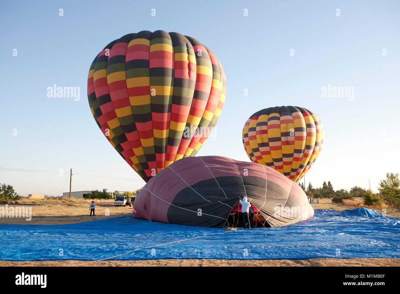Palloni Ad Aria Calda.I Palloni Ad Aria Calda In Volo Con Colori Vibranti Contro La