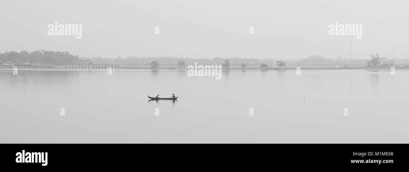 Barca su un lago in Asia Immagini Stock