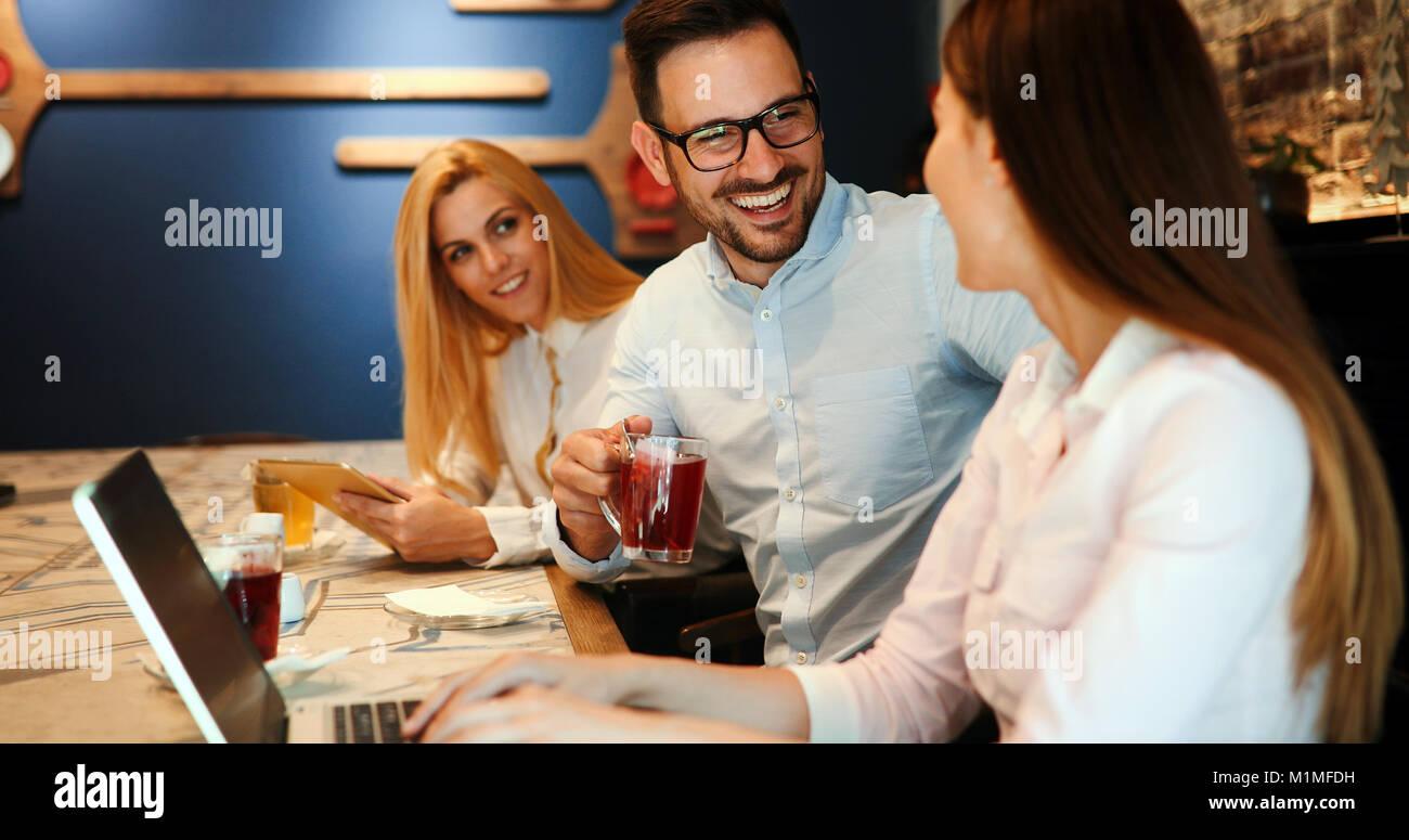 Felice alcuni colleghi di lavoro socializzazione in ristorante Immagini Stock
