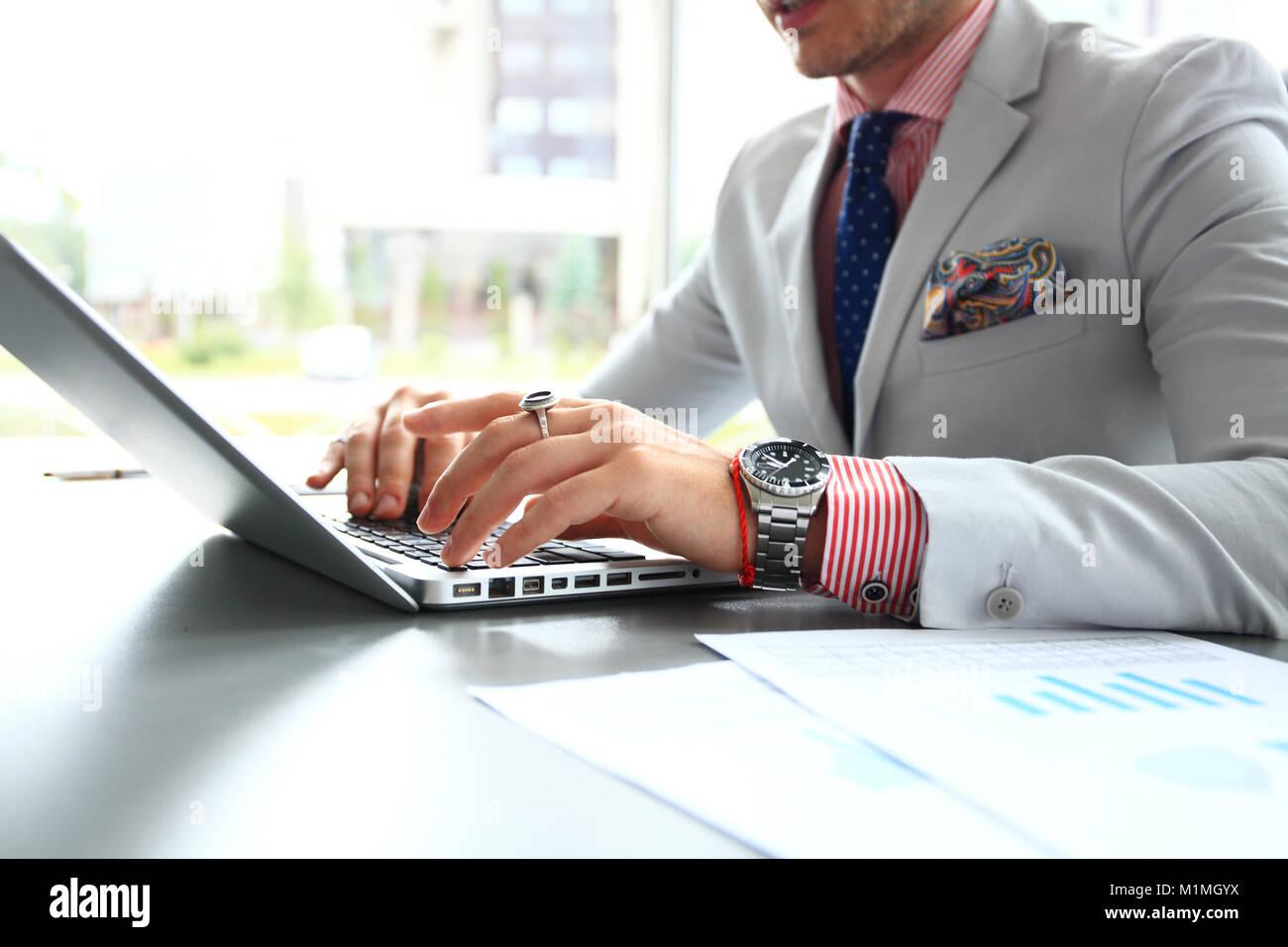 Business man digitando sulla tastiera del notebook Immagini Stock