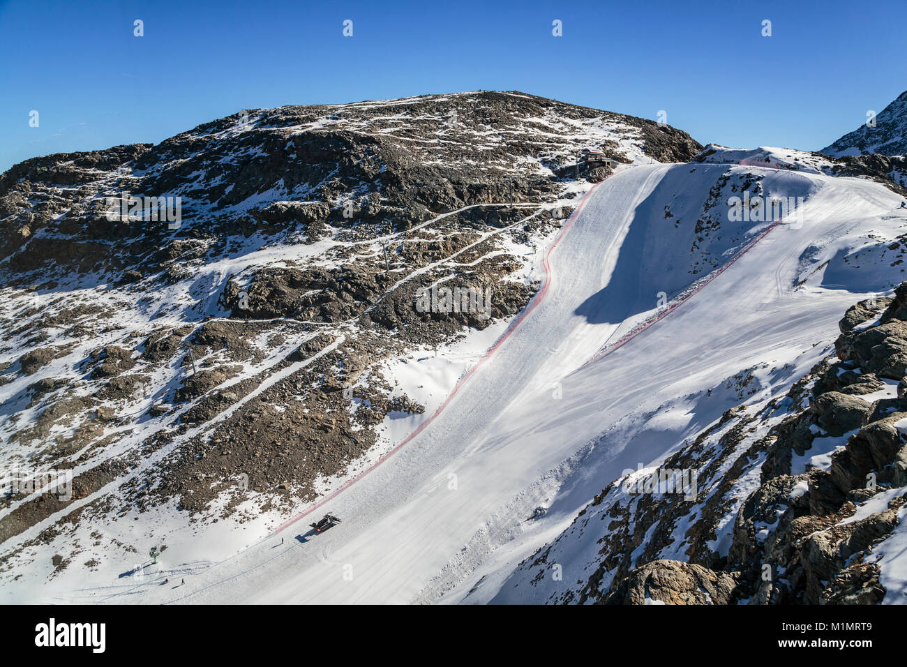 Una pista da sci del Bernina vette e il Ghiacciaio Diavolezza vicino a San Moritz, Svizzera, Europa. Immagini Stock