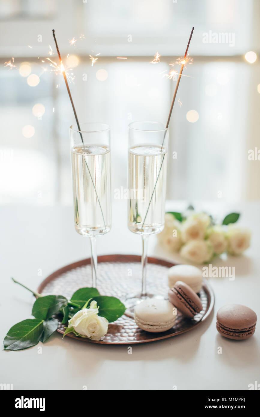 Lussuoso champagne party di nozze con rose bianche e macaron d Immagini Stock