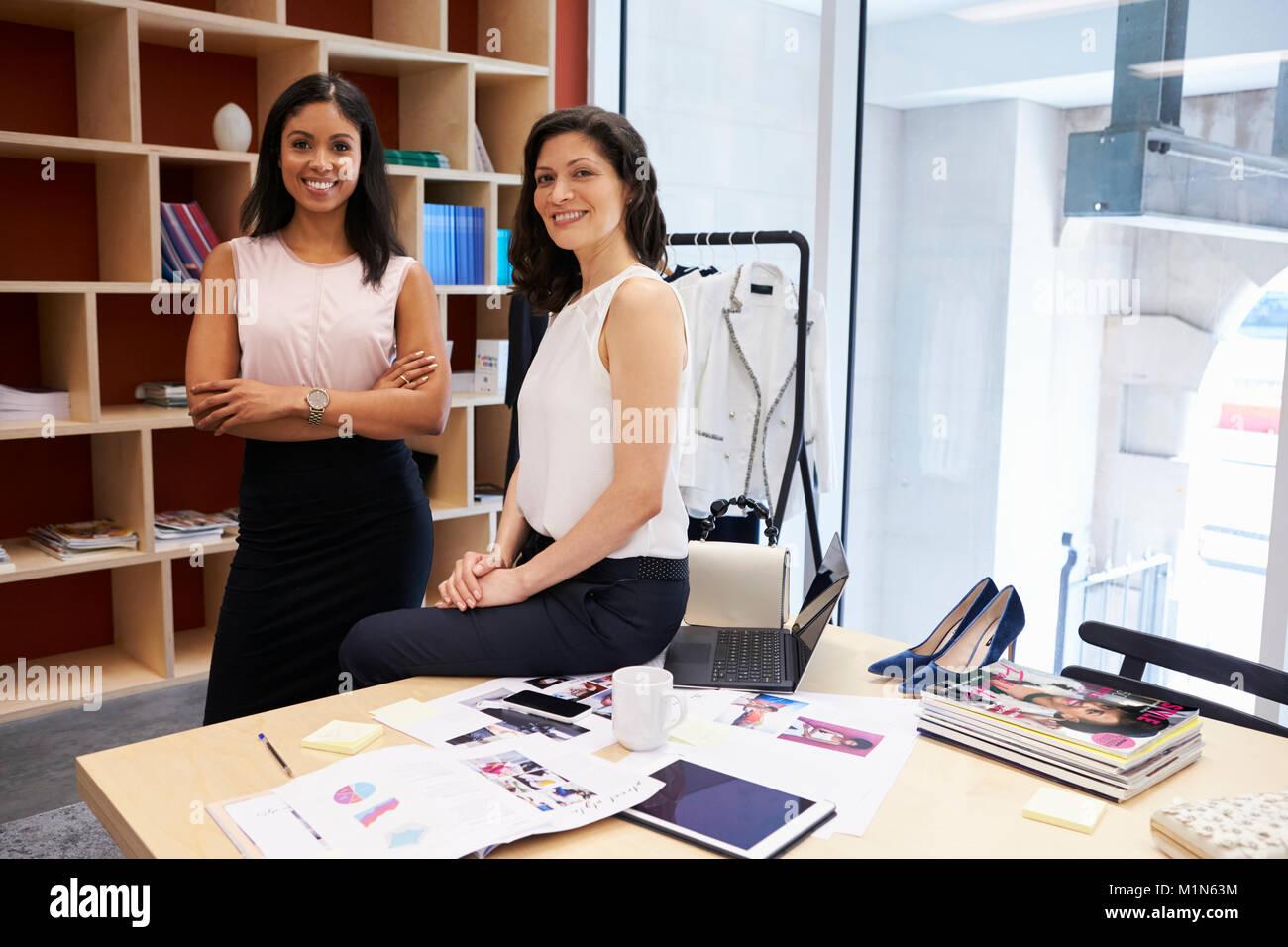 Due donne creative sorridente in ufficio alla fotocamera Immagini Stock