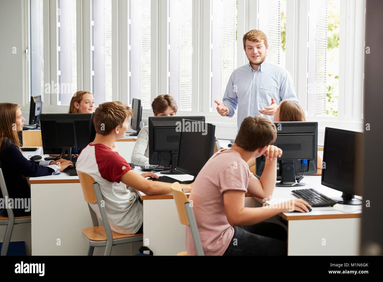 Teenage gli studenti che studiano in esso di classe con docente Immagini Stock