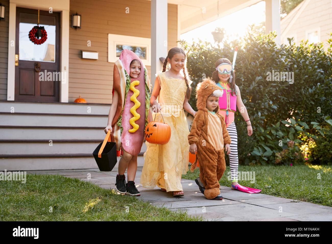I bambini che indossano costumi di Halloween per il trucco o il trattamento Immagini Stock
