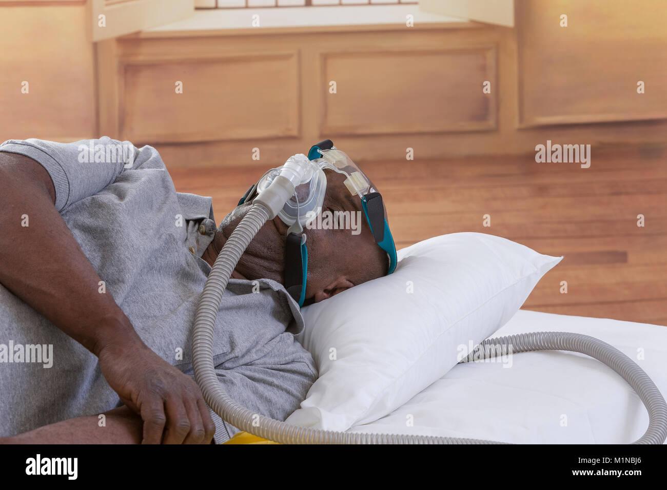 Il concetto di assistenza sanitaria,africano, uomo americano con apnea ostruttiva da sonno dormire bene con cpap Immagini Stock