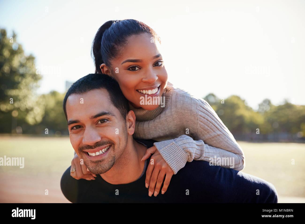 Coppia giovane sorridente in telecamera a Brooklyn, close up Immagini Stock