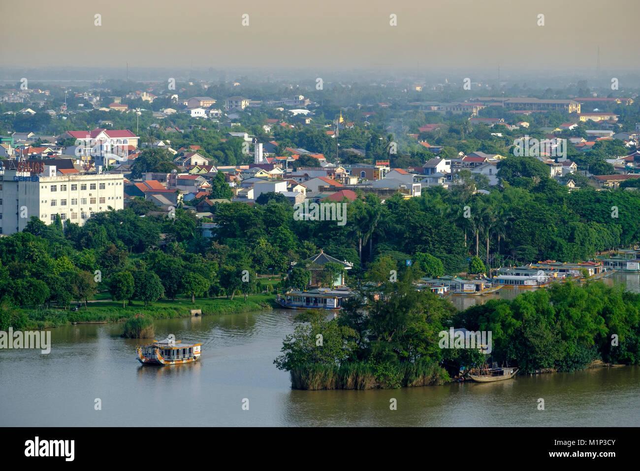 Una vista del Fiume Perfume e sullo skyline della città di Hue, Vietnam, Indocina, Asia sud-orientale, Asia Foto Stock