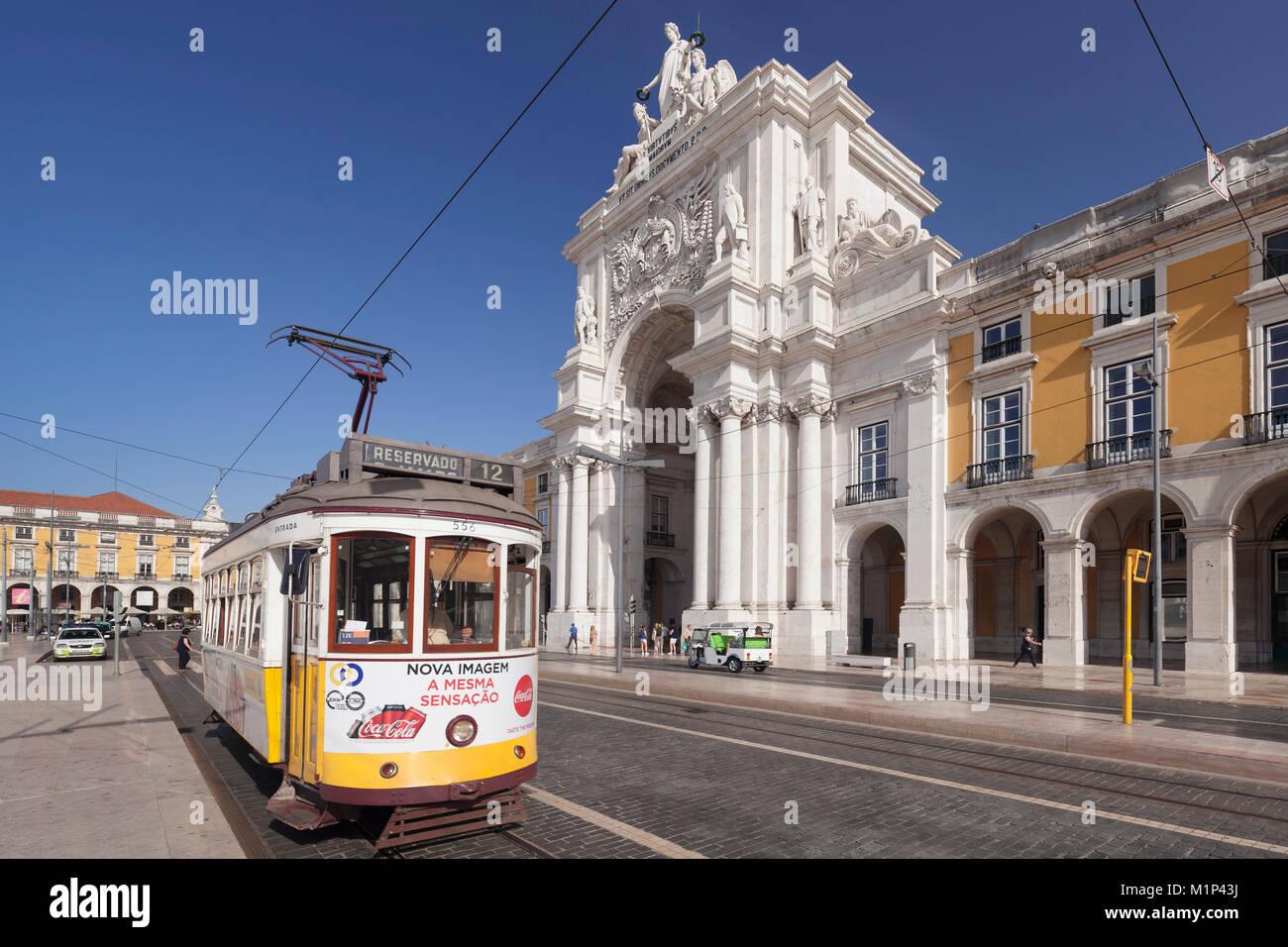 Tram, Arco da Rua Augusta arco trionfale, Praca do Comercio, Baixa, Lisbona, Portogallo, Europa Immagini Stock