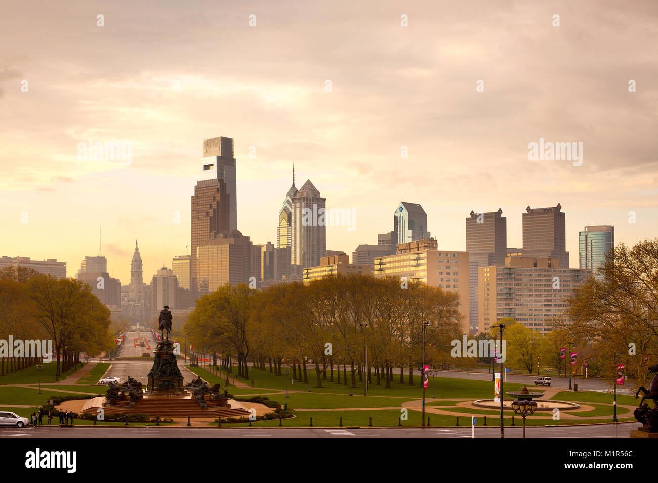 Philadelphia, Pennsylvania, Stati Uniti d'America - skyline del centro con il Municipio in un giorno di pioggia. Immagini Stock