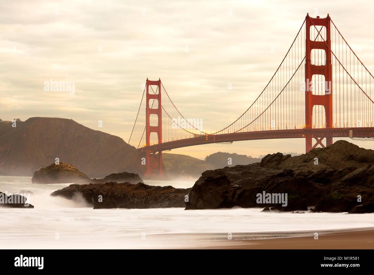 Golden Gate Bridge da Baker Beach, San Francisco, California, Stati Uniti d'America Immagini Stock