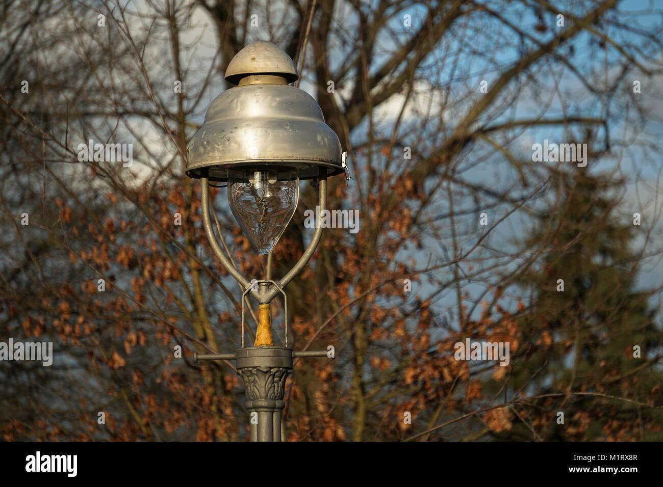 Una lanterna di gas sulle strade di Berlino di giorno in primo piano Immagini Stock