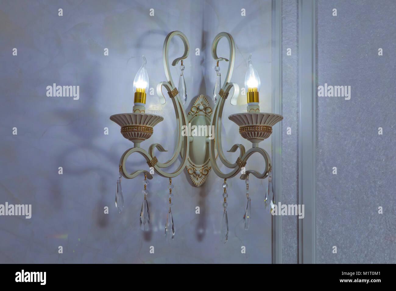 Lampada Vintage Da Parete : Elegante lampada sul sfondo . lampada da parete in metallo dorato