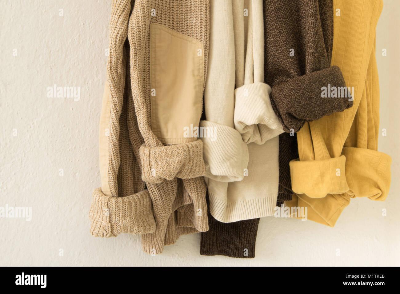 Maxi felpa lavorata a maglia in caldi colori naturali. Rustico ed accogliente il concetto di moda, abbigliamento Immagini Stock