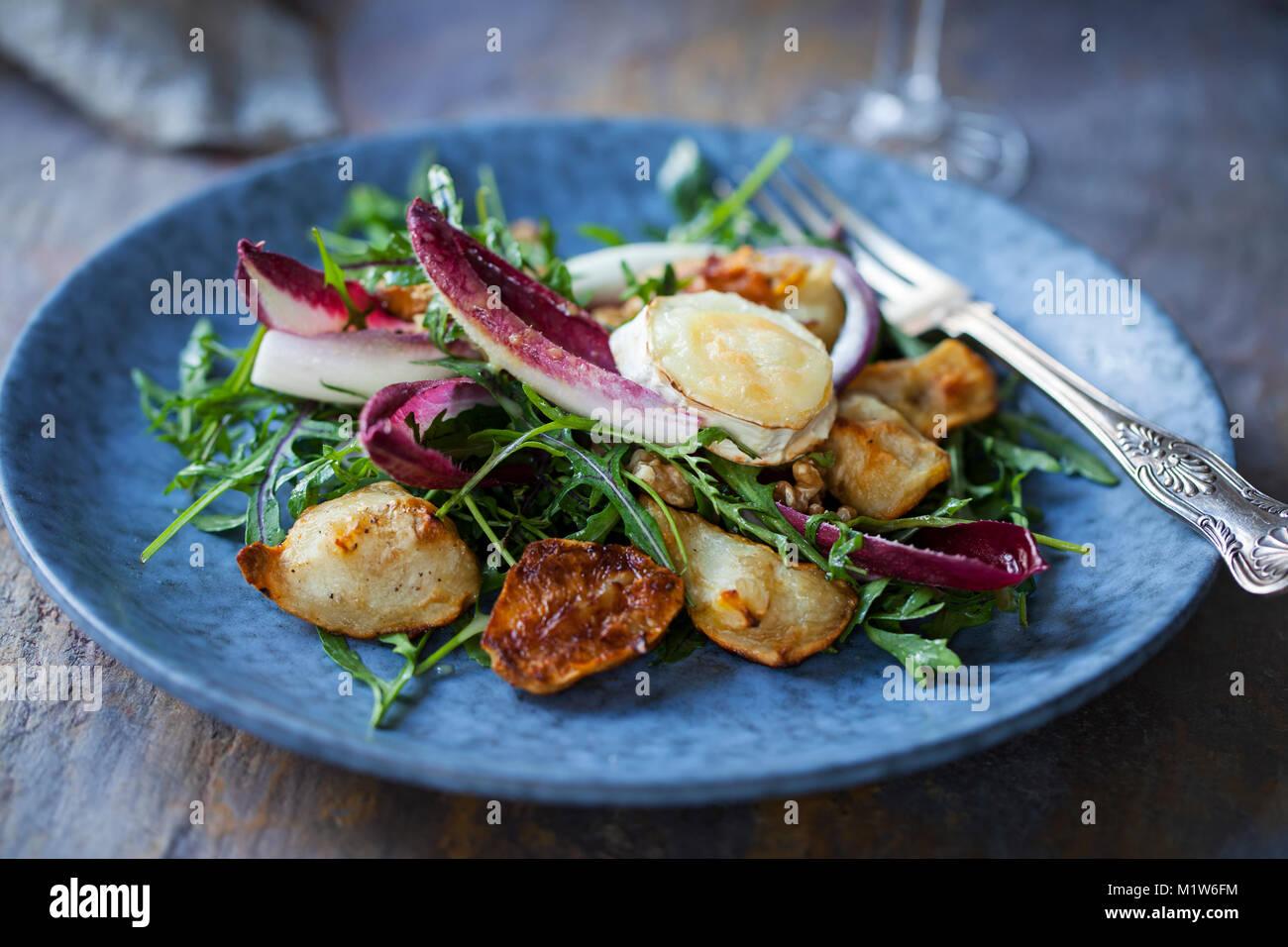 Topinambur e grigliati insalata di formaggio di capra con cicoria e rucola Foto Stock