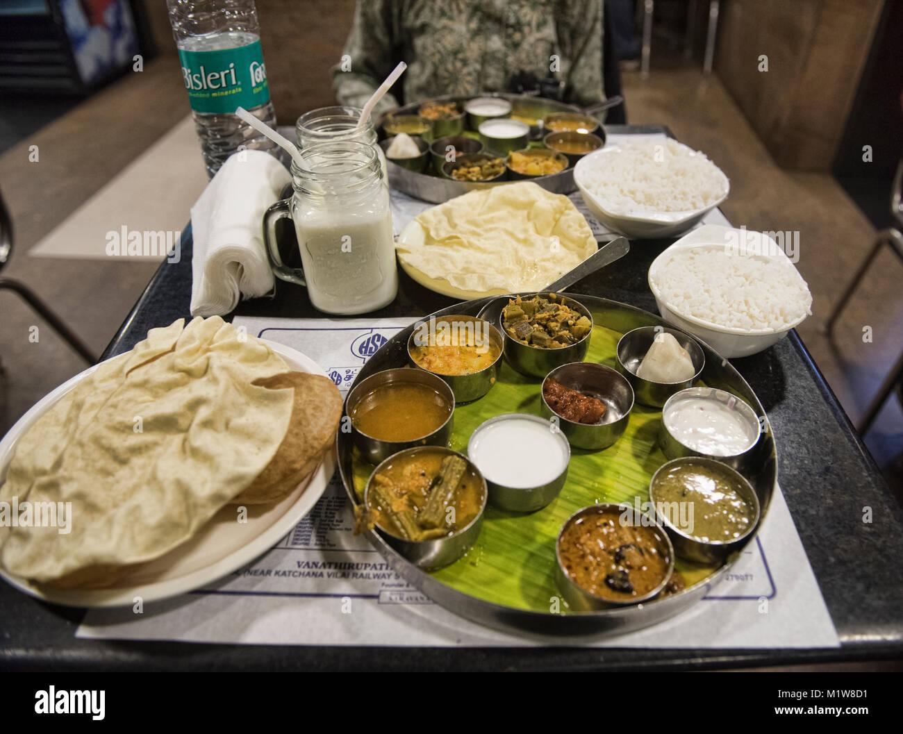 Indiano meridionale Thali presso il leggendario Saravana Bhavan ristorante New Delhi, India Immagini Stock