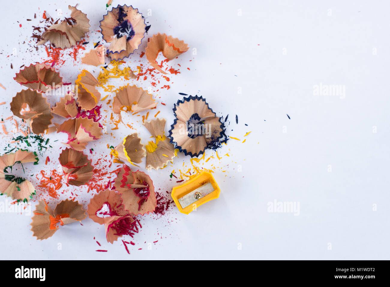 Matita colorata la rasatura su sfondo bianco. scuola educazione Nozione Immagini Stock