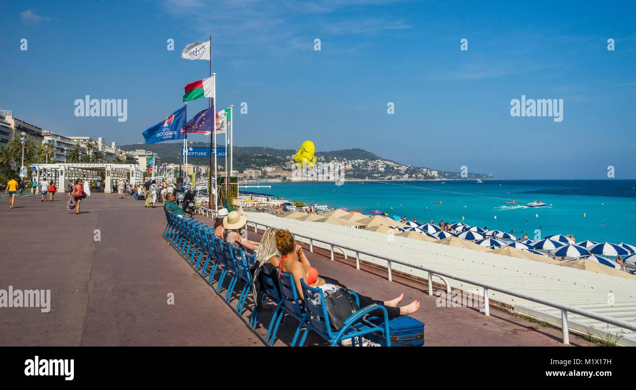 Francia, dipartimento delle Alpi Marittime, Côte d'Azur, Nizza, in cerca di sole al Promenade des Anglais, Immagini Stock