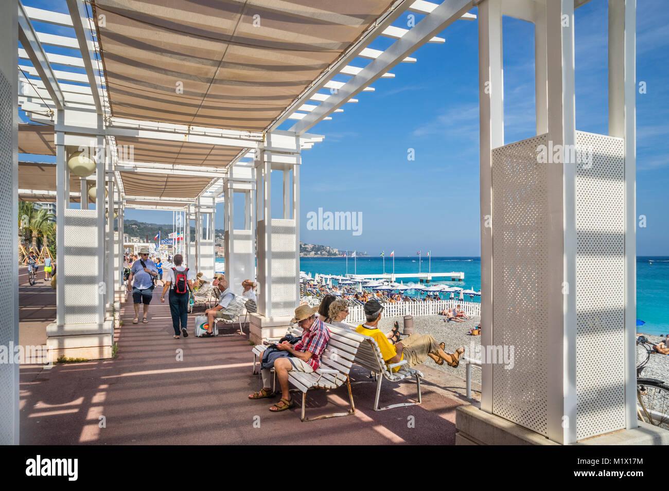 Francia, dipartimento delle Alpi Marittime, Côte d'Azur, bello e rilassante sotto il sole a Promenade des Immagini Stock