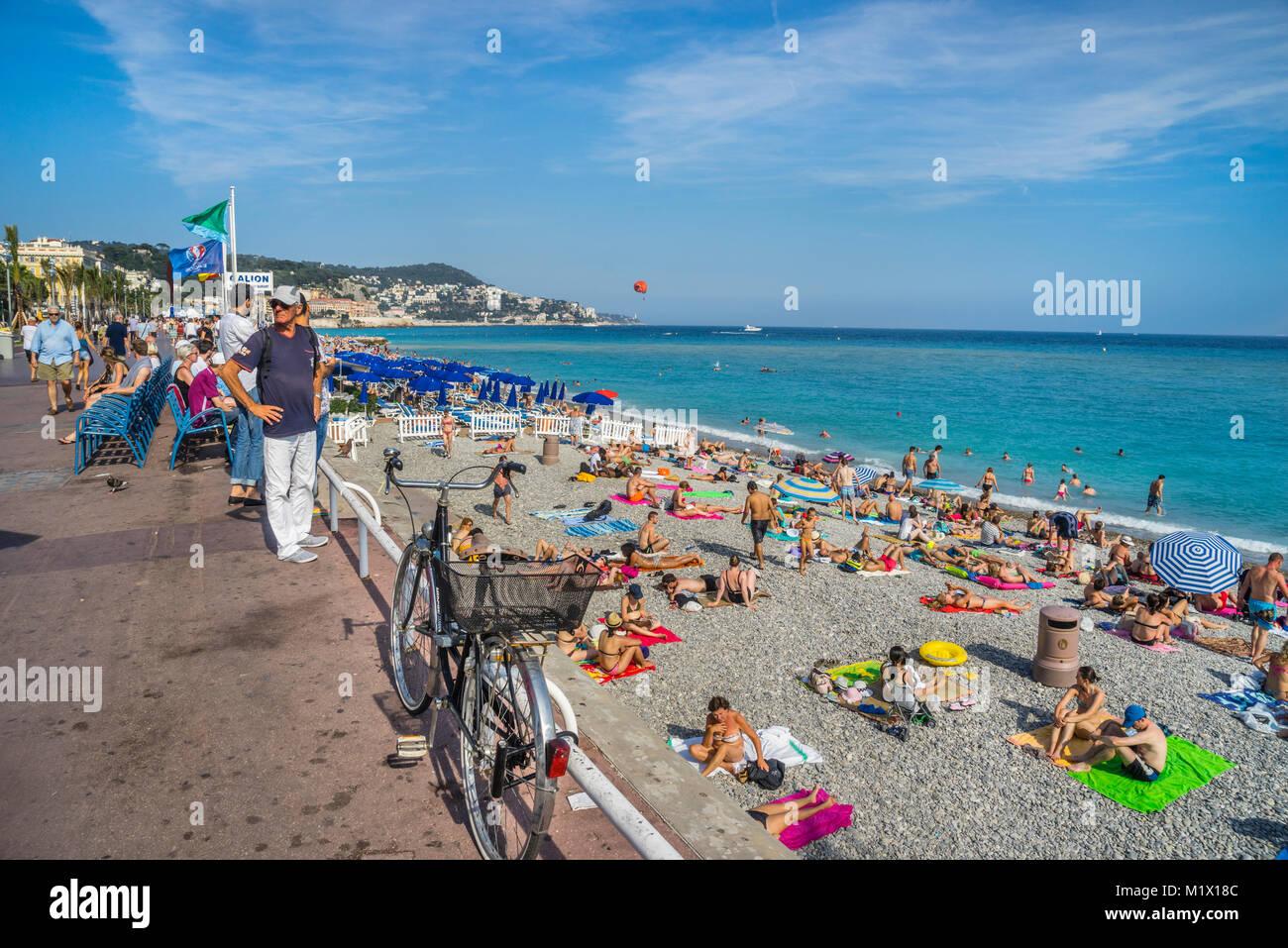 Francia, dipartimento delle Alpi Marittime, Côte d'Azur, Nizza, in cerca di sole sulla spiaggia presso Immagini Stock