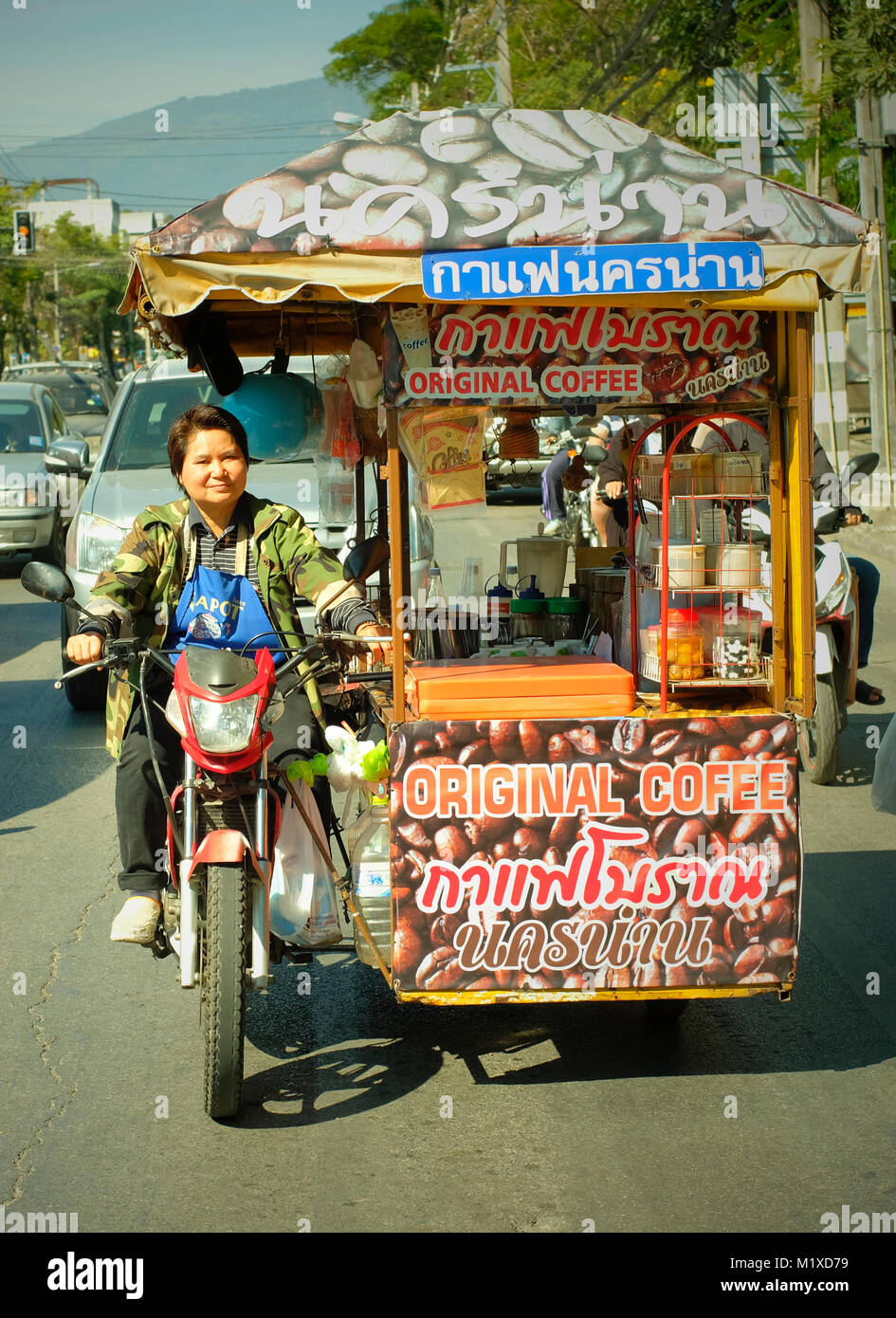Un venditore a vendere caffè in Chiang Mai, Thailandia. Foto Stock