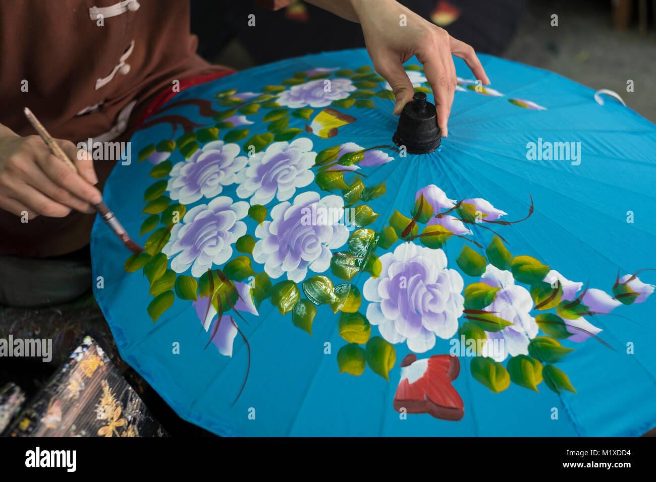 Un Thai craftswoman rendendo tradizionale ombrellone a ombrello facendo centro in Bo Sang centro artigianale su Immagini Stock