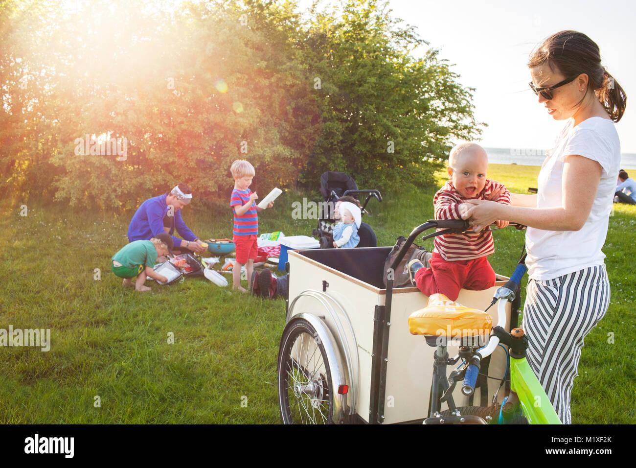 Madre giocando con il figlio in bicicletta Immagini Stock