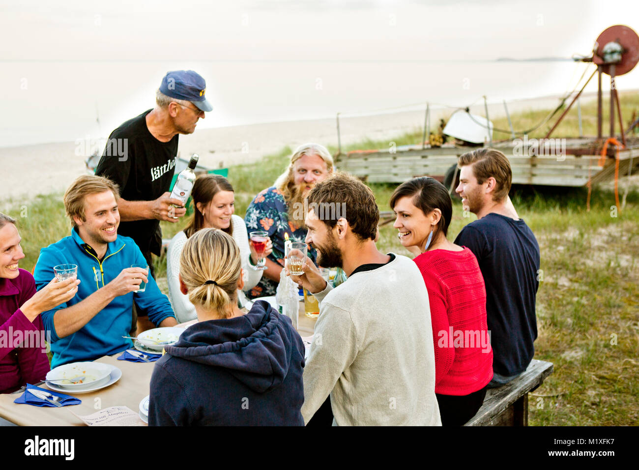 Famiglia di mangiare insieme in Friseboda, Svezia Immagini Stock