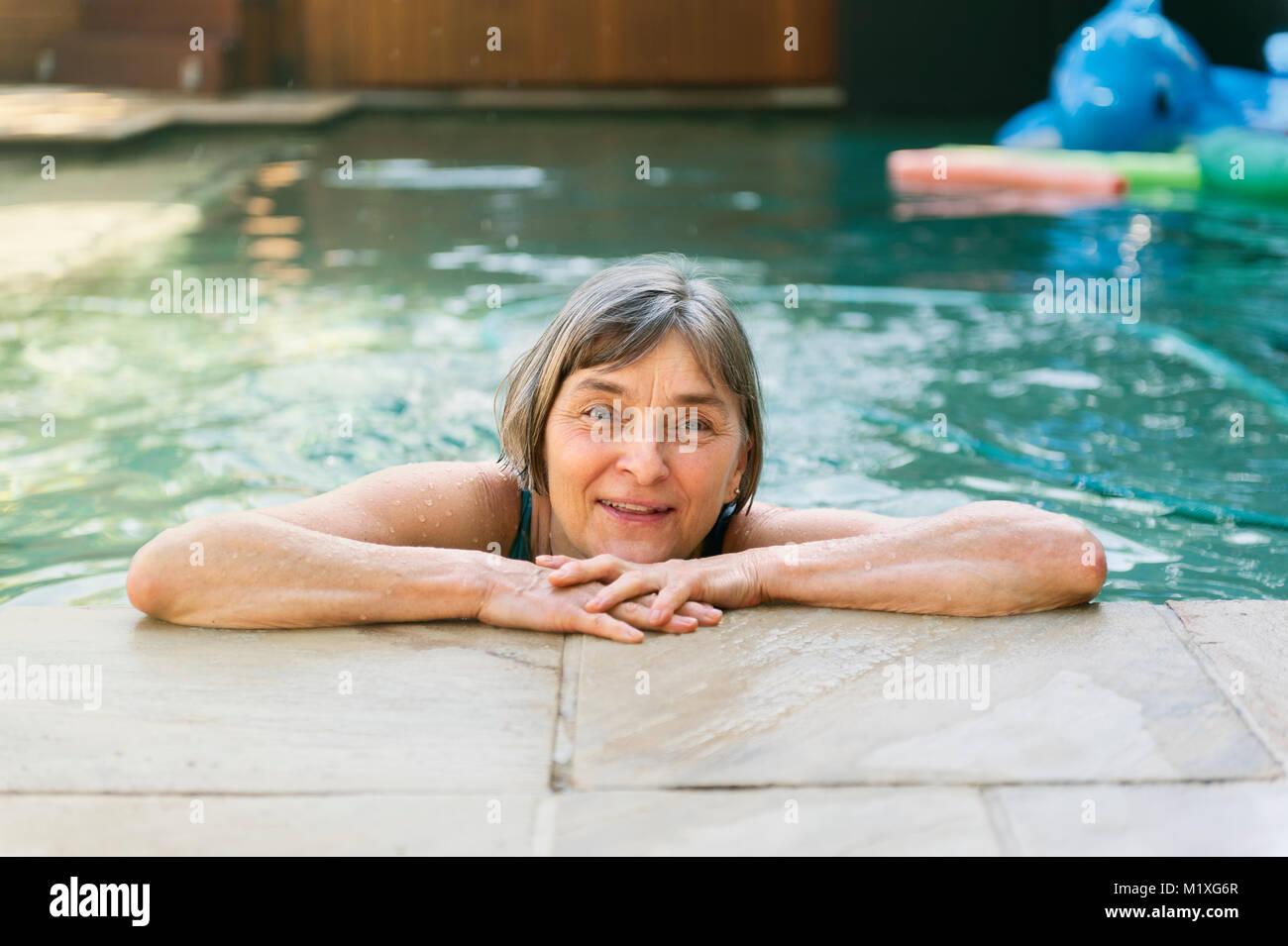 Donna matura in piscina Immagini Stock