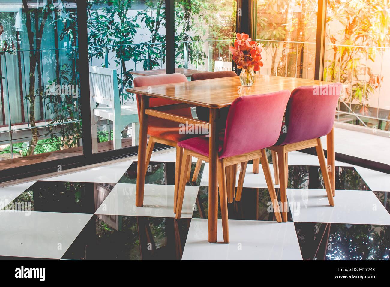 Vintage in legno colorato tavolo e sedia in configurazione a