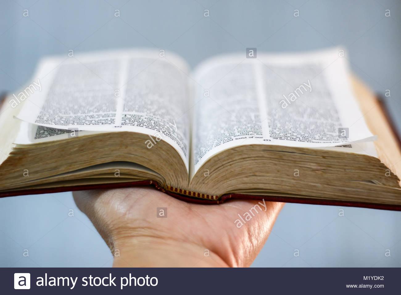La Credenza Religiosa : La bibbia preghiera fede religione chiesa pregando