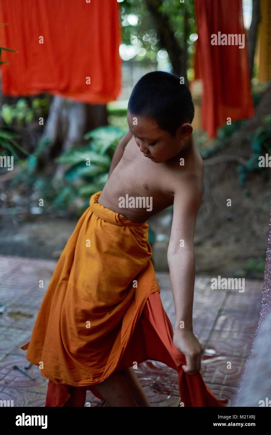 Giovane monaco novizio nel monastero, Battambang, Cambogia Immagini Stock