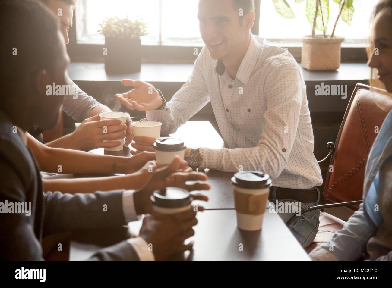 Multi etnico gruppo di amici a bere caffè insieme in cafe Immagini Stock