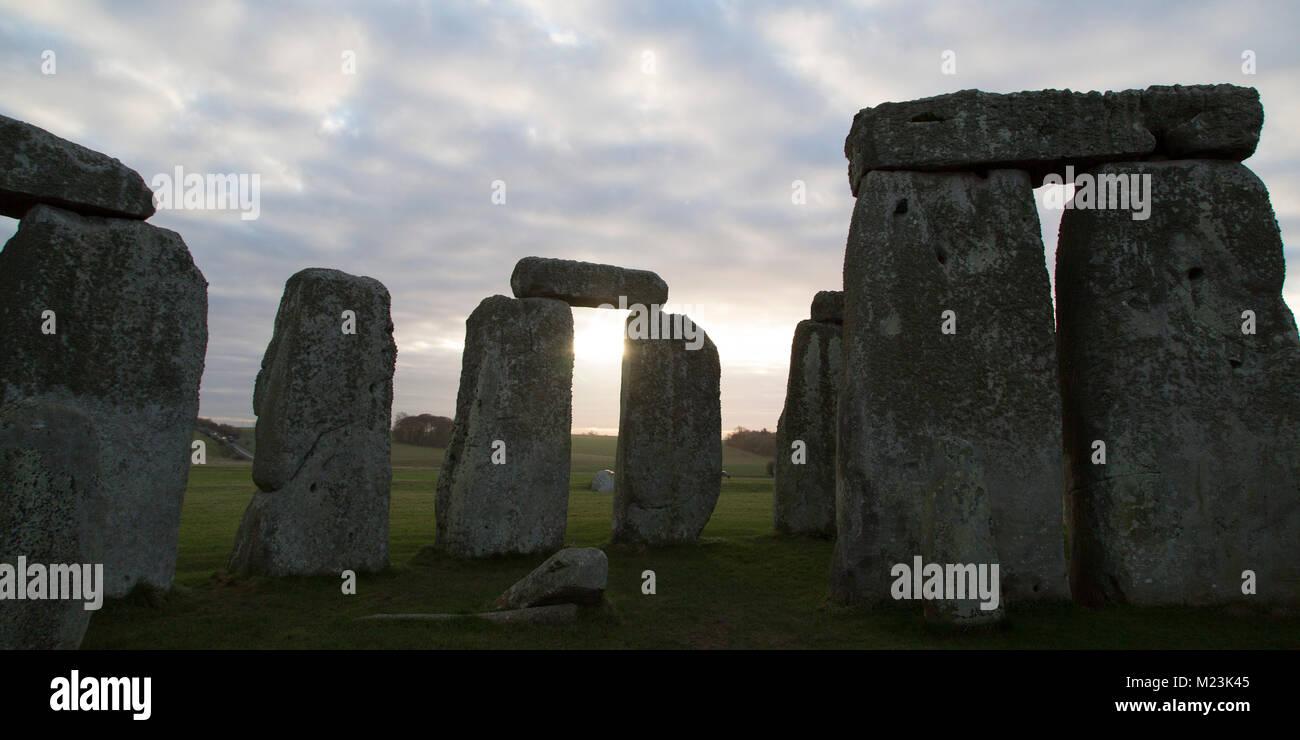 Stonehenge il cerchio di pietra nel Wiltshire, Inghilterra. Il monumento antico risale al Neolitico, circa 5.000 Immagini Stock