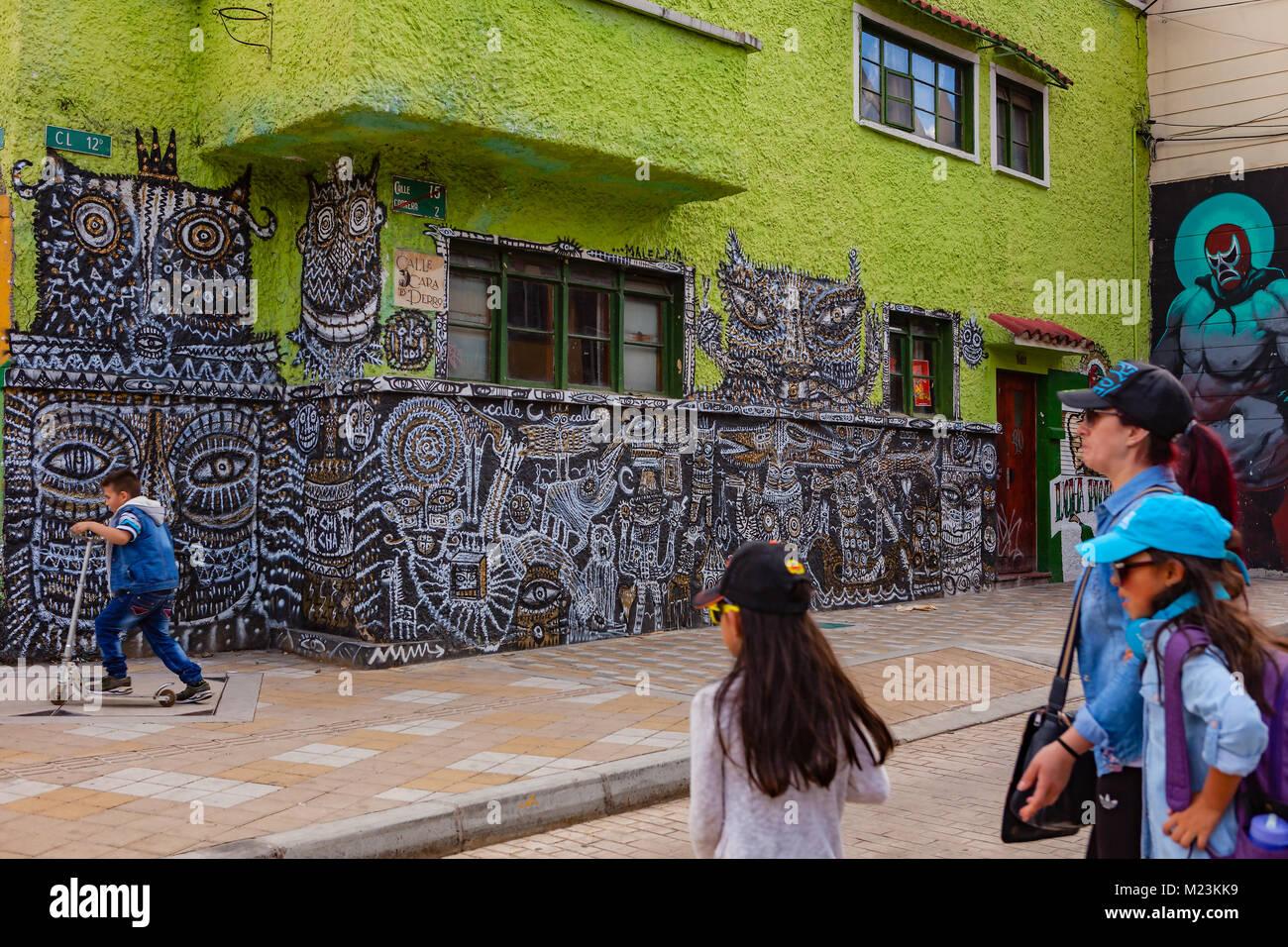 Bogotà, Colombia - 28 Maggio 2017: alcuni enti locali colombiani a piedi dalle pareti dipinte luminosamente in Candelaria Foto Stock