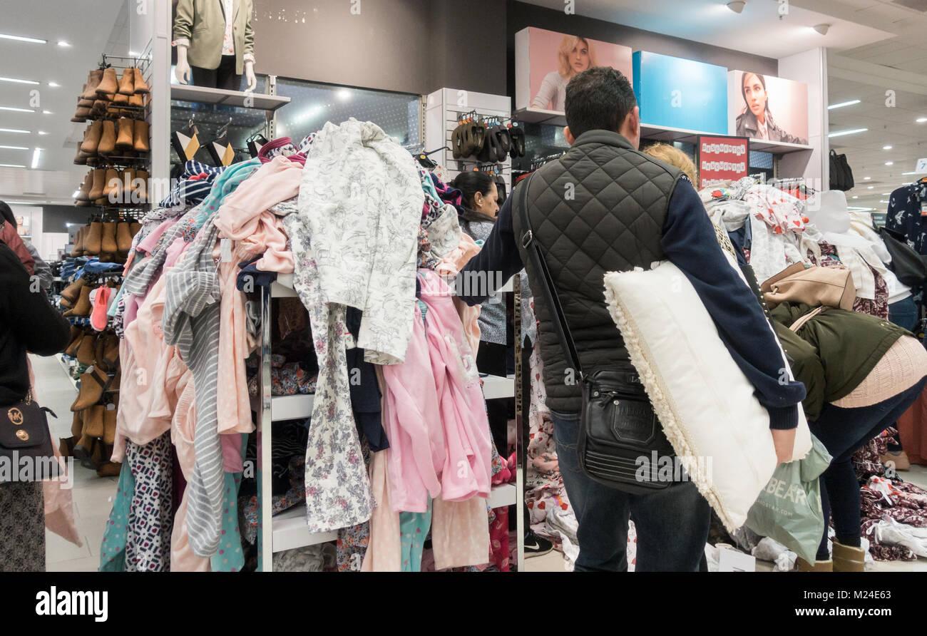 best service 29ea6 f8619 Primark: pile di vestiti in Primark store Foto & Immagine ...