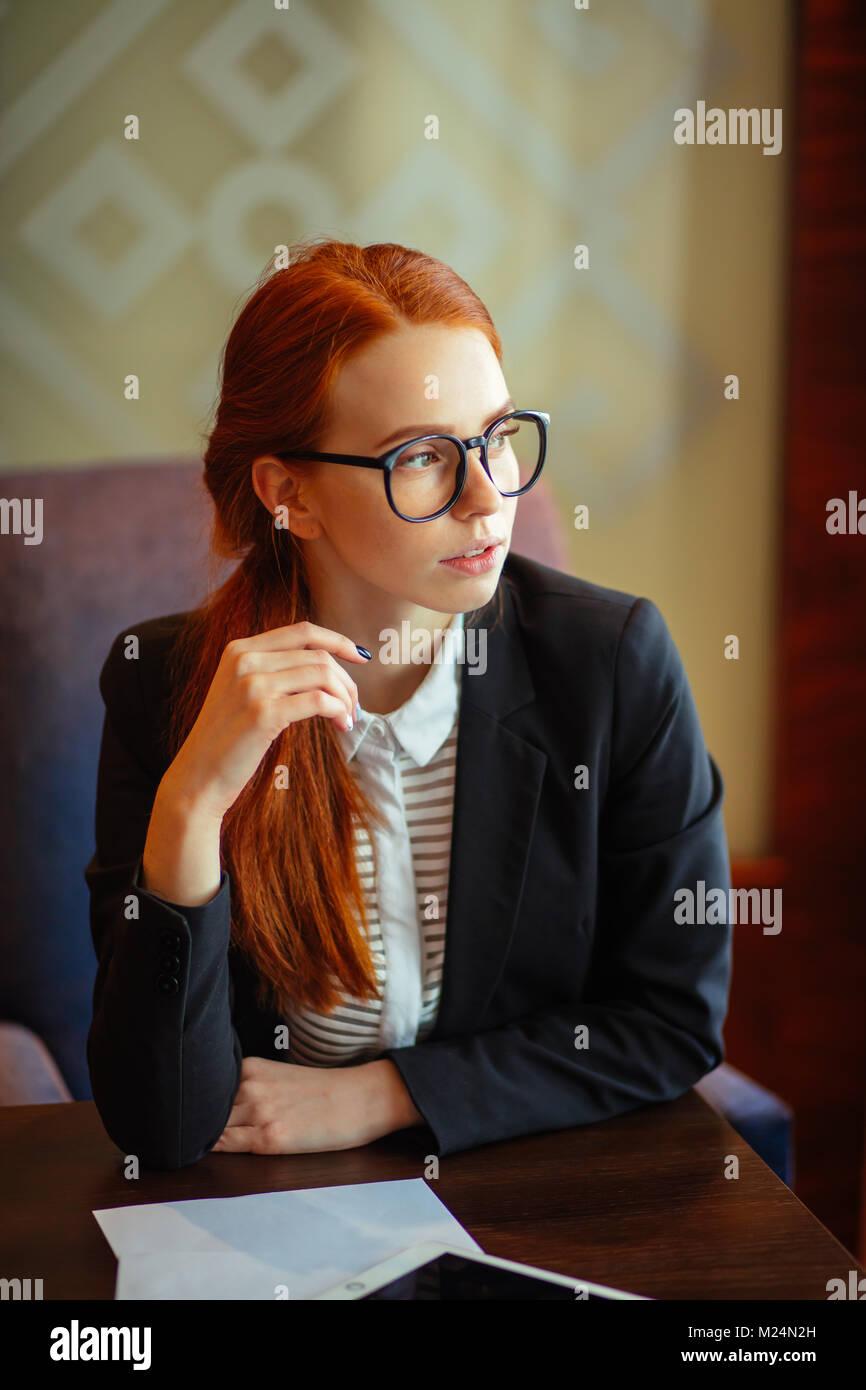Giovane imprenditrice utilizzando computer tablet Immagini Stock