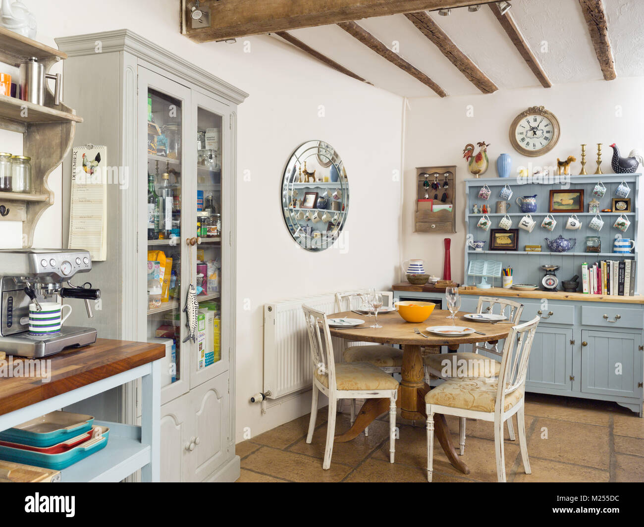 Una cucina di paese in un tradizionale cottage Inglese home ...