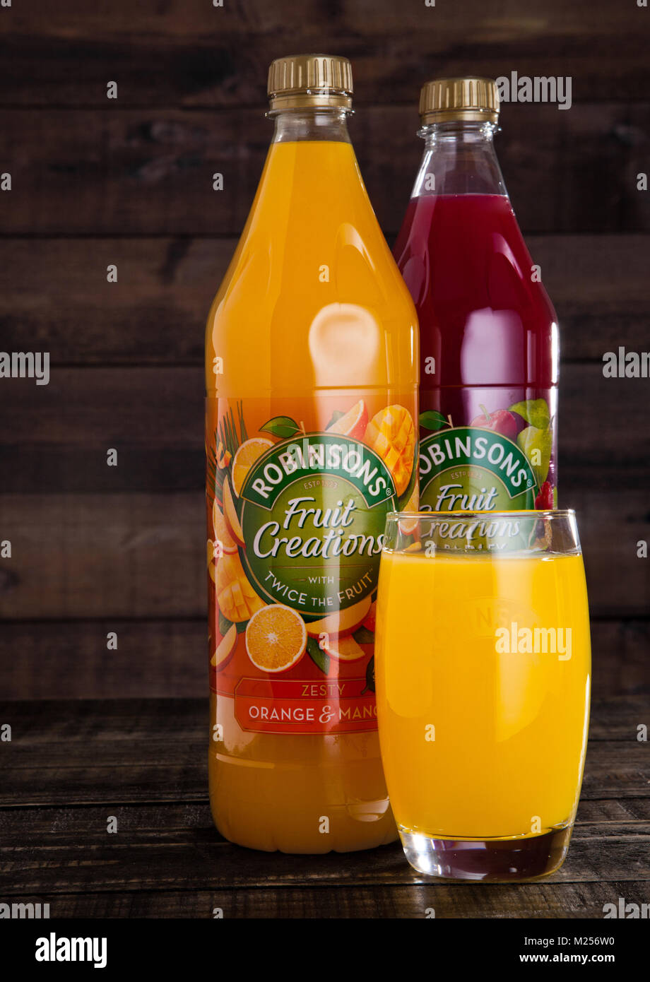 LONDON, Regno Unito - Febbraio 02, 2018: bottiglie e contenitori di vetro di Robinsons succhi di frutta con sullo Foto Stock