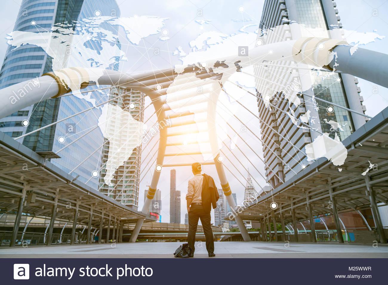 Uomini d'affari in piedi nella parte anteriore del business moderno concetto di globalizzazione Immagini Stock