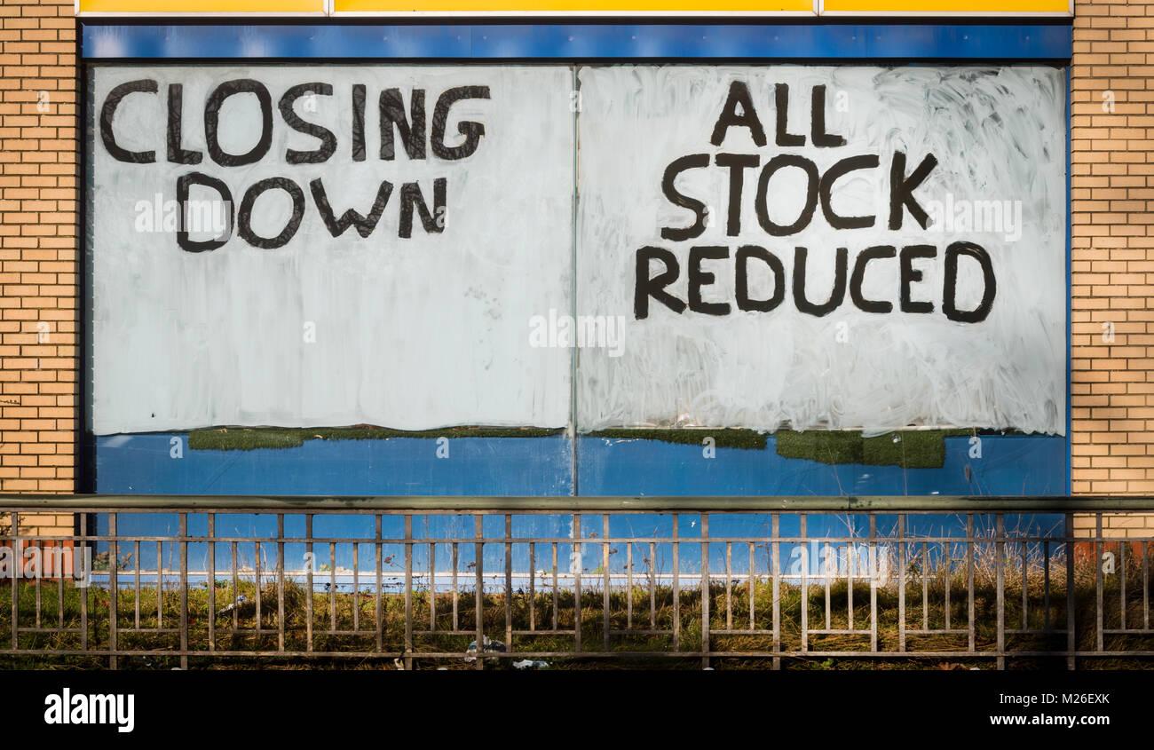 Chiusura bando di vendita nella vetrina di un negozio. Immagini Stock