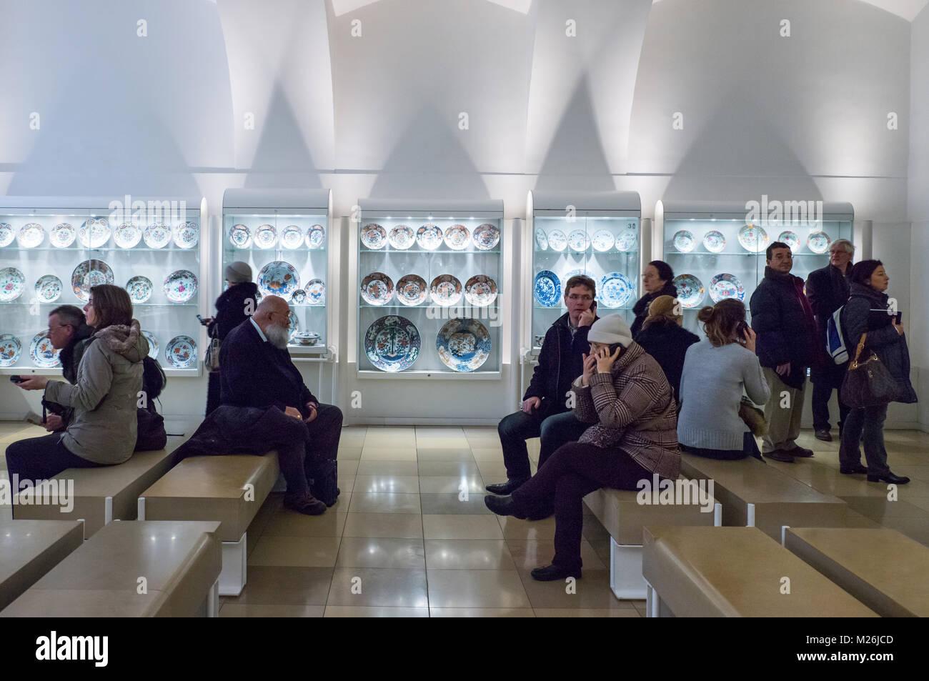 Austria, Vienna Hofburg, i visitatori tra la Collezione dei Mobili Imperiali Immagini Stock