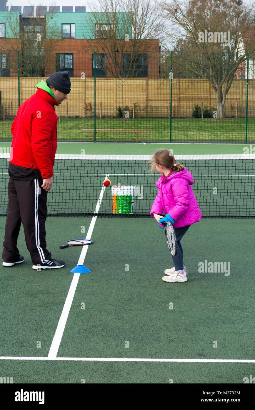 Tennis per bambini la sessione di coaching / lezione che si svolge su una full-size campo da tennis con i bambini Immagini Stock
