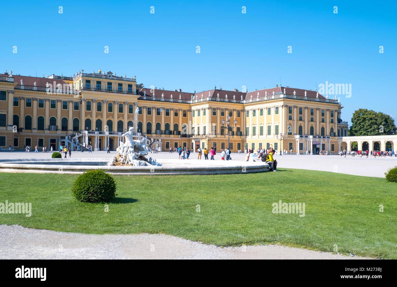 Austria, Vienna, la facciata principale del Palazzo di Schonbrunn con una fontana in primo piano Immagini Stock