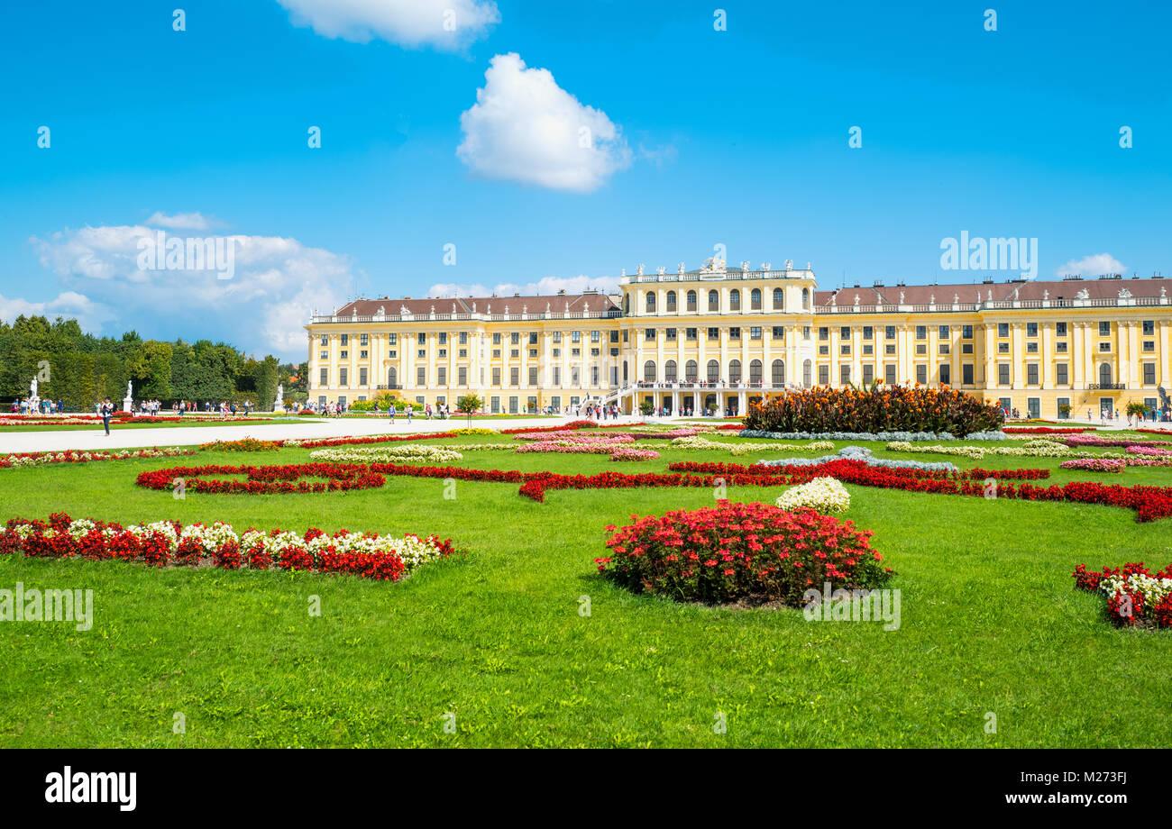 Austria, Vienna, la facciata posteriore del Palazzo di Schonbrunn visto dal giardino Immagini Stock