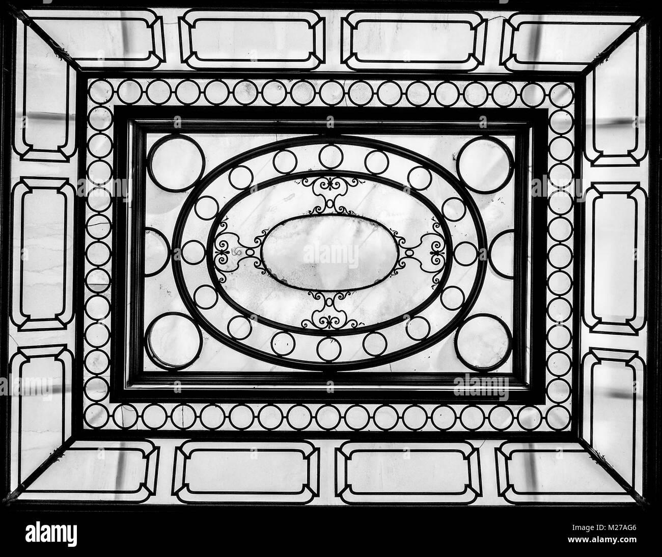 Vecchio soffitto vintage in ferro e vetro, stile liberty Immagini Stock