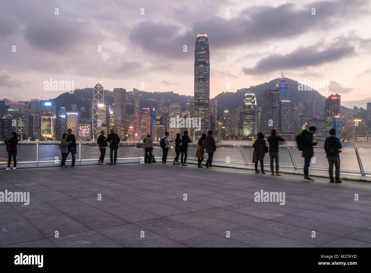Hong Kong - 25 Gennaio 2018: Persone tenendo picutre e godendo la vista dalla cima dell'Oceano cruise terminal Immagini Stock