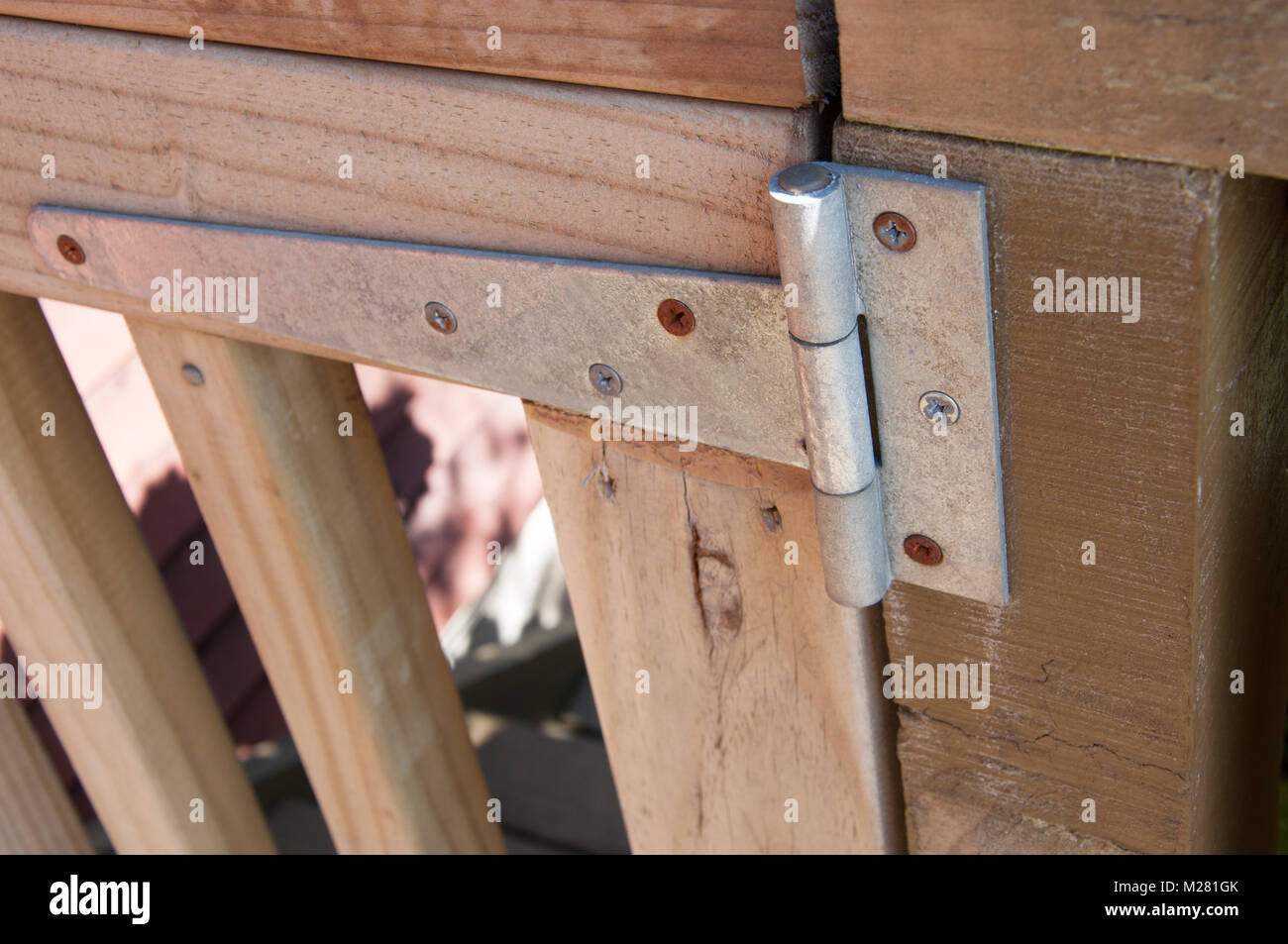 Cerniere Per Cancelli Di Legno : Cerniera su un cancello in legno foto immagine stock